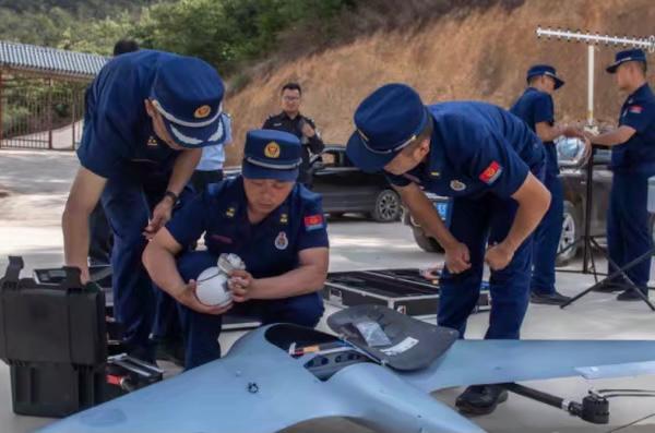 中国出动大量的无人机追踪大象群。