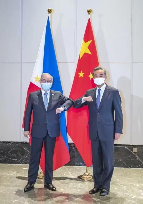 中国国务委员兼外长王毅和菲律宾外长洛钦会面。