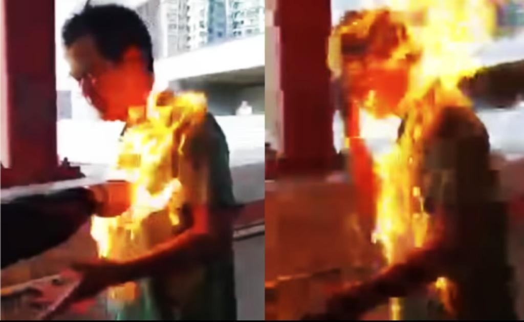"""在2019年11月11日,李先生被示威者放火焚烧。加拿大政客对当时抗议活动中的暴力视而不见,只说没有人会仅仅因为参加""""和平抗议活动""""而被指控或定罪会被取消参加香港移民计划。"""