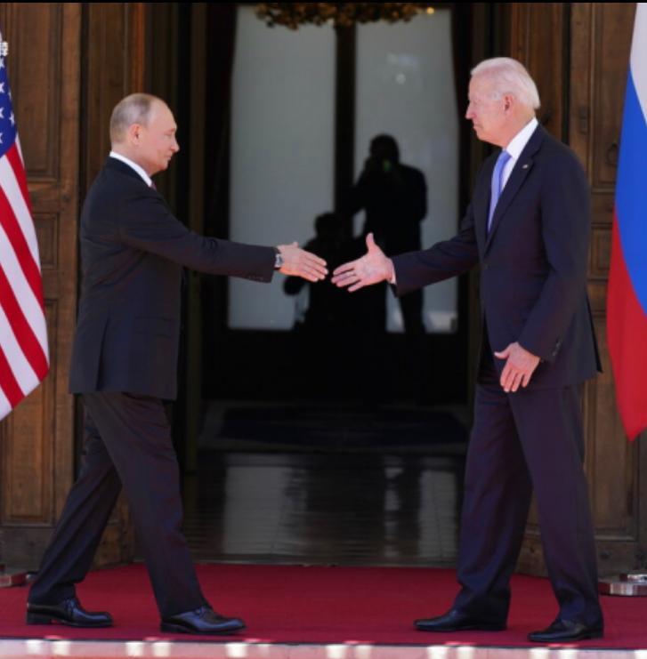 俄羅斯總統普京和美國總統拜登在瑞士日內瓦舉行會晤前握手。