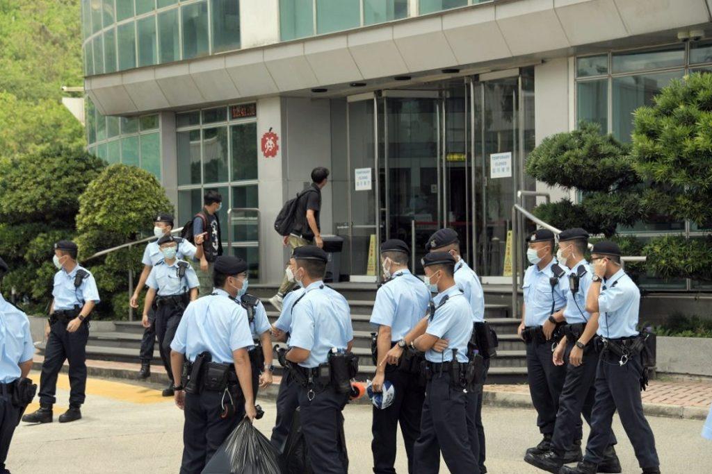 警方搜查《苹果》办公室。
