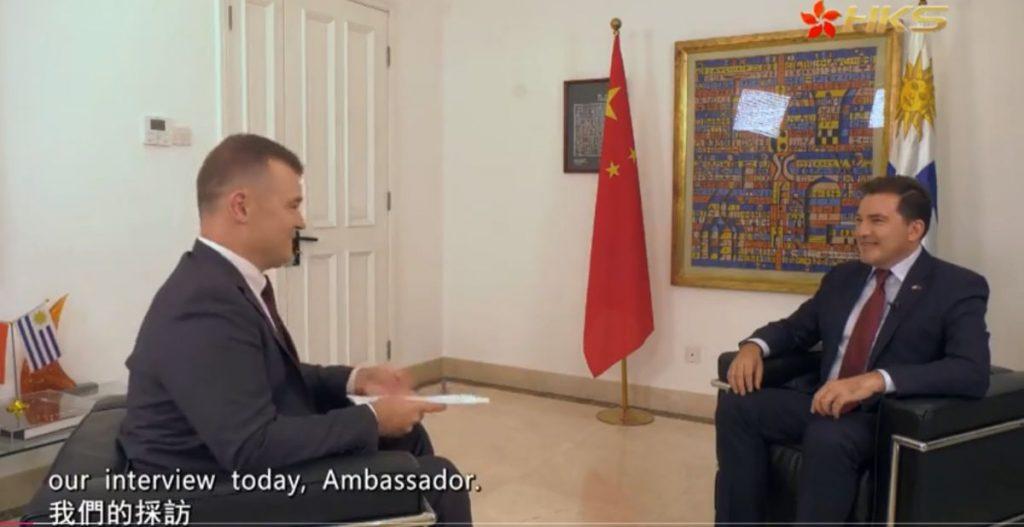 乌拉圭驻华大使费尔南多‧卢格里斯接受香港卫视专访。