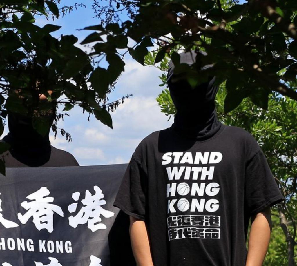 《华尔街日报》刊登两名香港流亡者的蒙面照片。