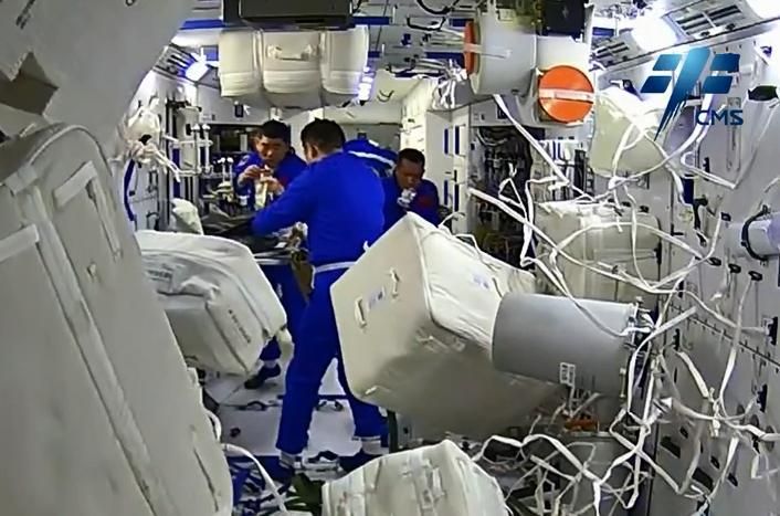 神州十二号三名太空人共进早餐。
