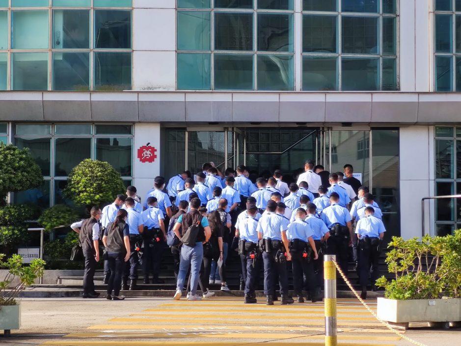 逾百名警员今早到将军澳《苹果》大楼搜查。