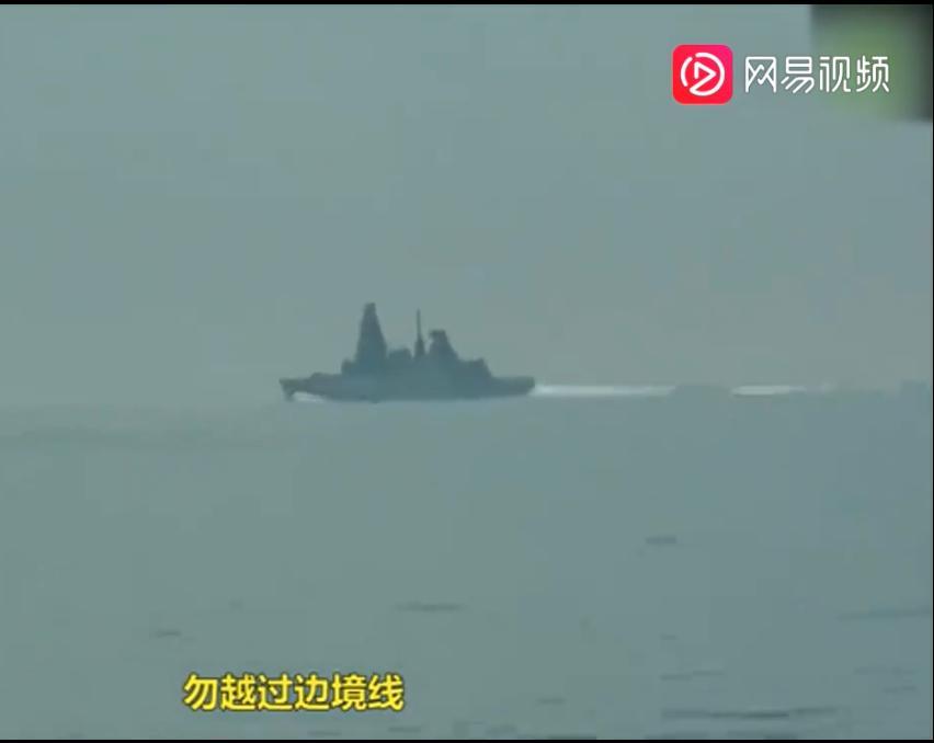 """俄罗斯发布视频显示,俄方不断用俄语向英国军舰""""保卫者""""号警告驱离。"""