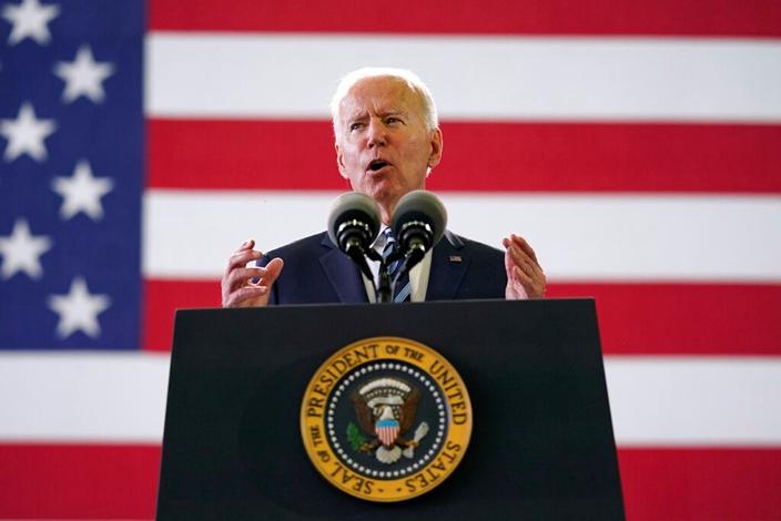 星條旗下的美國總統拜登。(AP圖片)
