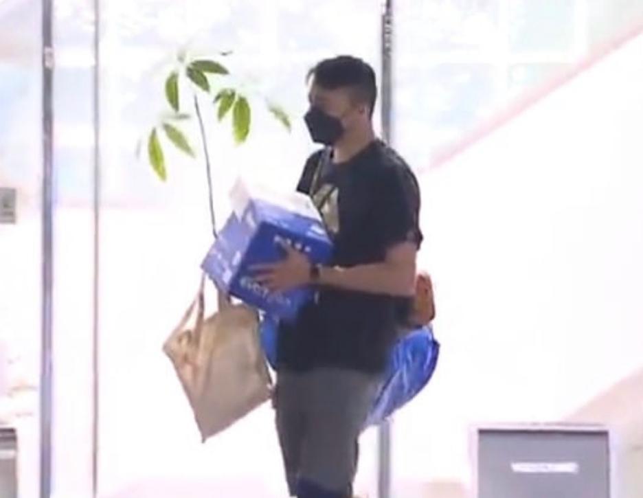 《苹果》员工昨晚执拾个人物品后离开。