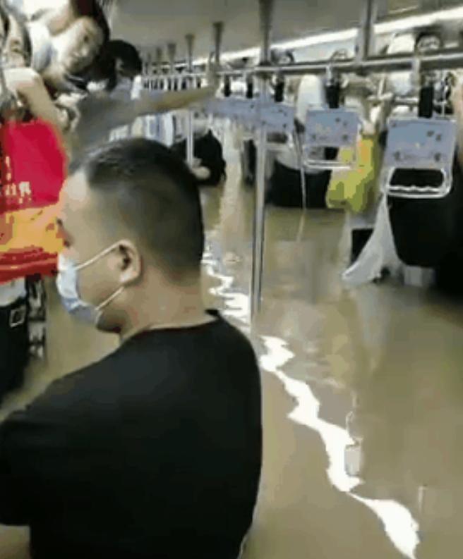 大量乘客被困在鄭州地鐵5號綫內。