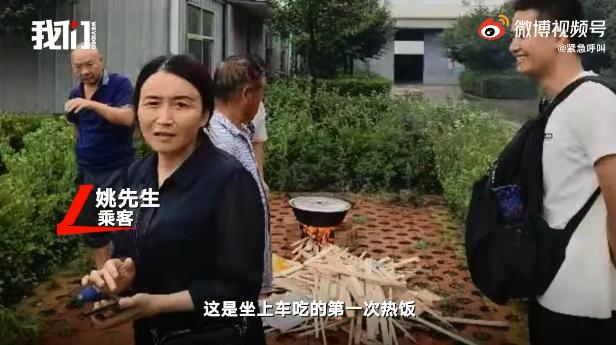 家裡受災的村民為陌生落難者煮餃子。