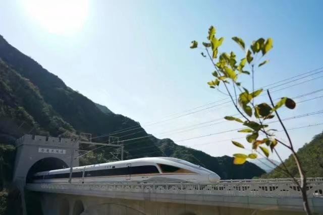 一列复兴号高铁列车穿过京张高铁居庸关隧道。