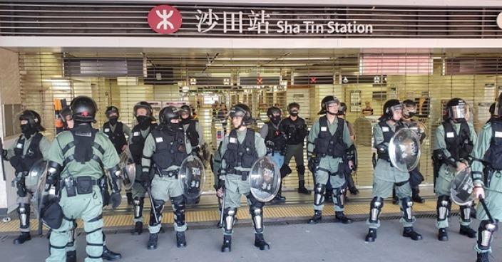 當日沙田站大批警方在站外防守。