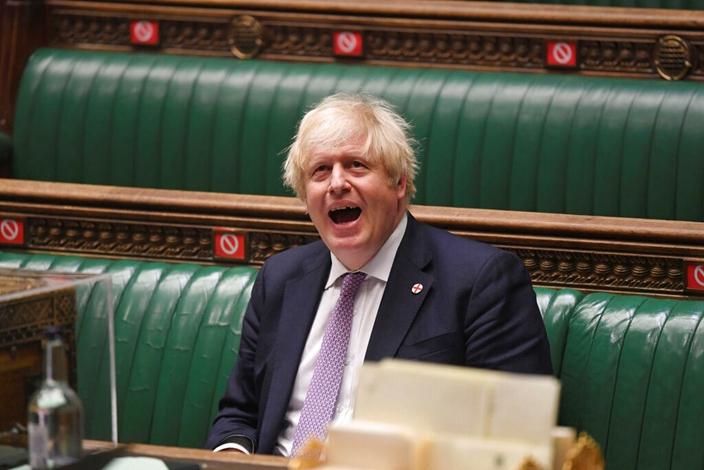 英国首相约翰逊斗不过民粹议员,转轪调查中资收购案。(AP图片)