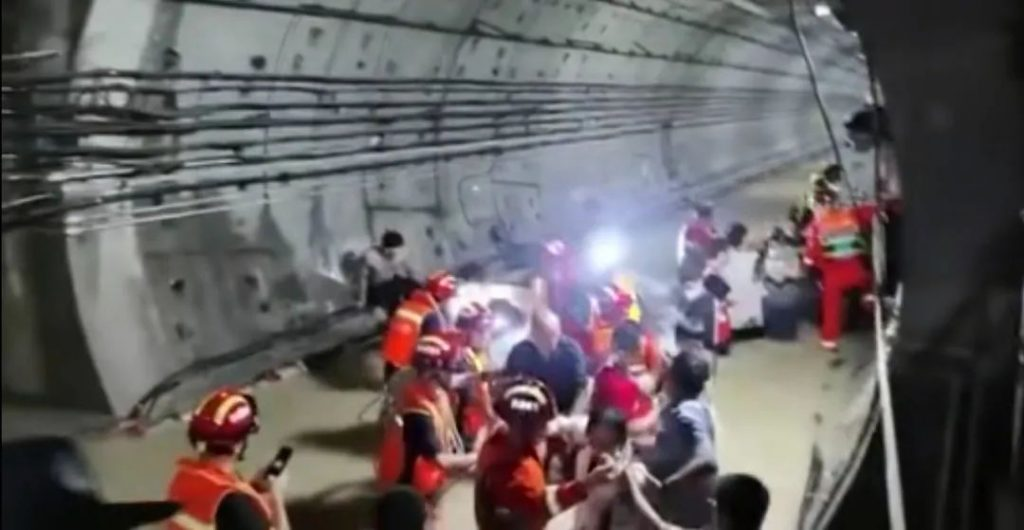 救援人員趕到,成功將乘客救出地鐵。