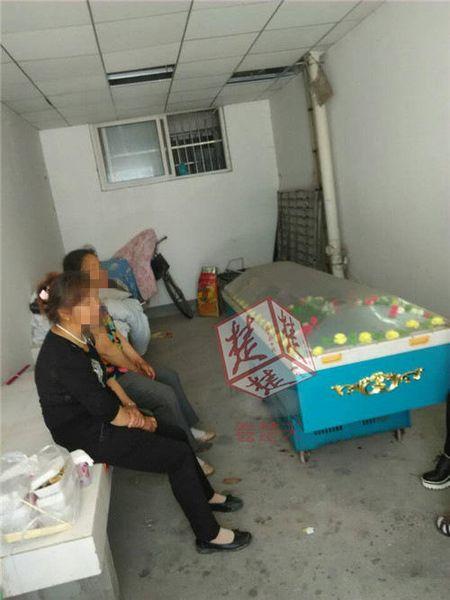 死者家屬圍坐在棺材旁(網上圖片)