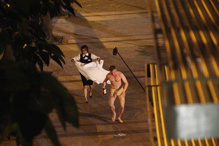 外籍肌肉男身穿肉色boxer底褲扮祼跑。