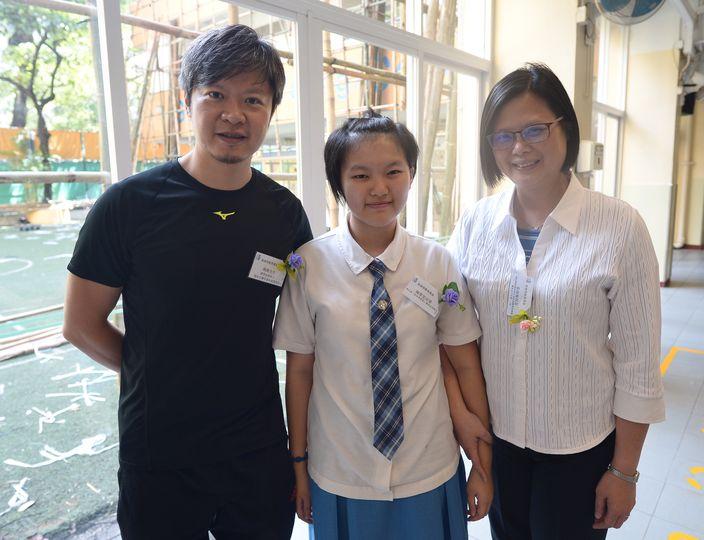 陳翠雯與獎學金捐款人魏剛(左)和學校校長張淑婉(右)合照