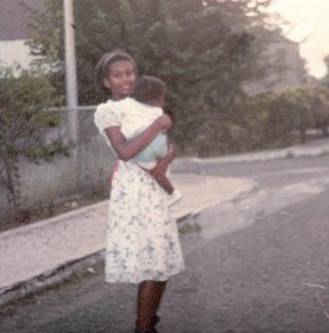 梅洛妮抱著小孩(網上圖片)