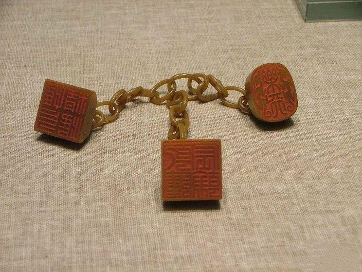田黃石乾隆三連章,現藏北京故宮博物院 (網上圖片)