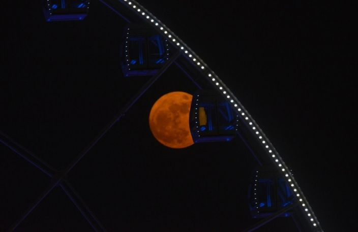 超級月亮在維港上空輝映。