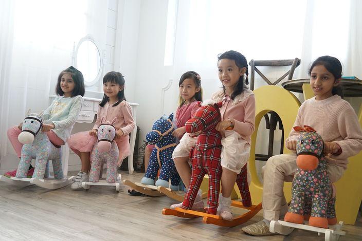 五個小孩自爆參加很多興趣班,但不覺得辛苦。