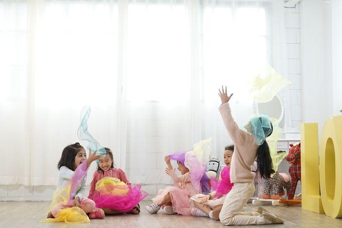 五位小孩拍攝宣傳短片時玩得很開心。