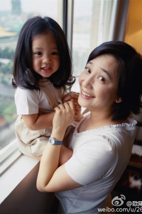 歐陽娜娜童年與媽媽傅娟合影(歐陽娜娜微博圖片)