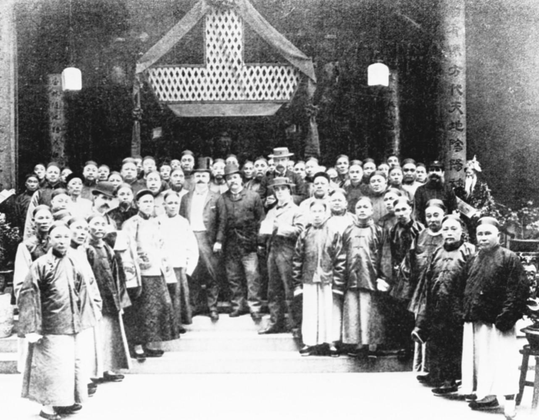 1900年,東華醫院值理在新的醫院及保良局院舍開幕時留影 (網上圖片)