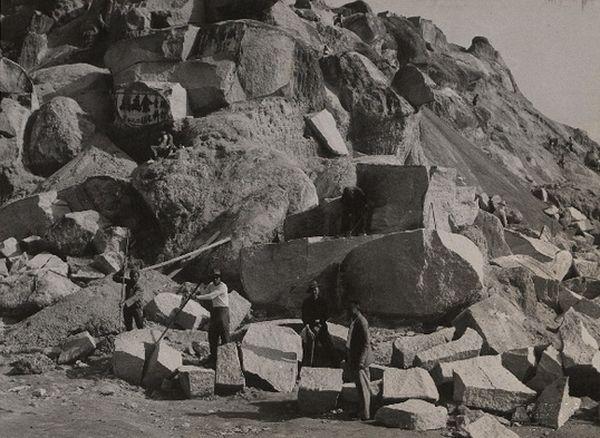 1956年官塘石礦場中的工人 (香港政府檔案處圖片)