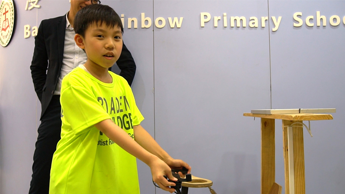 陳毅珈同學自動請纓為來賓介紹「智能環保空氣監察車」