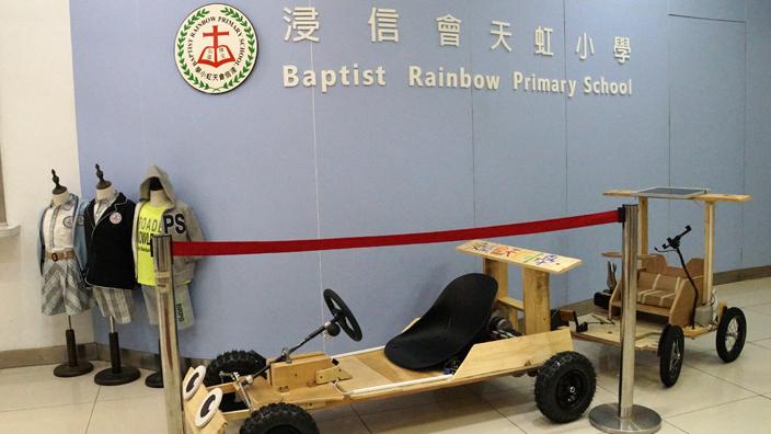 同學的發明品放在校門展示