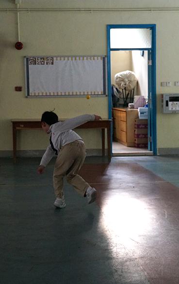 伍珽謙在放學後獨自練習棒球,他希望將來能成為職業棒球手