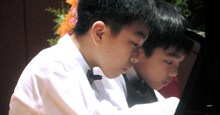 哥哥黃逸朗和弟弟黃逸軒十分陶醉地演奏