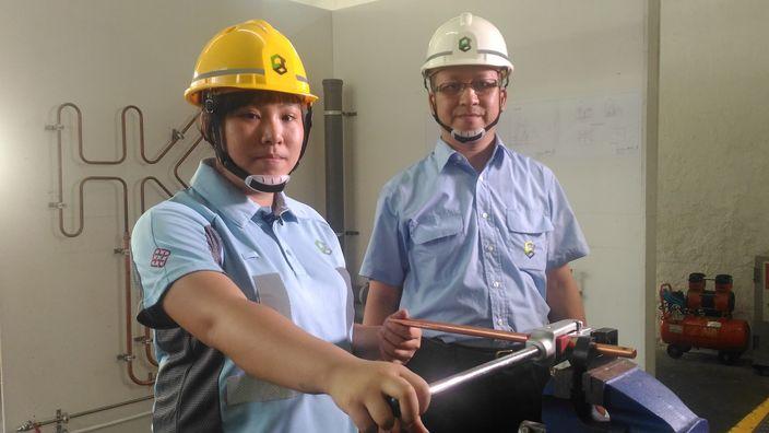 水喉選手黃雪凝(左)及師傳鄧志偉(右)。