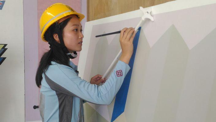黃美詩,以一道道牆壁作畫布,拿起油漆掃當畫筆,以油漆工身分實現藝術夢。