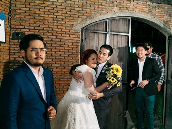 表哥表弟都來啦!結婚新娘「邀歷任男友出席」一個個擁抱離別...網笑翻:幫新郎拍拍!