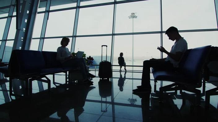 腦洞大開!男子等飛機太無聊「竟拿機場螢幕做這件事」全場傻眼...網狂讚:太有創意!