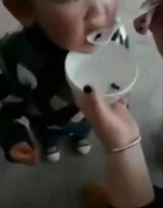 武漢肺炎盛行!強國人以毒攻毒「餵小孩吃活蝌蚪」原因竟稱有這功效...網傻眼:太腦殘!
