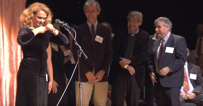 口罩代替品找到了!烏克蘭學者「當場掏奶罩給男人戴」還得諾貝爾獎...網笑翻:太荒謬!