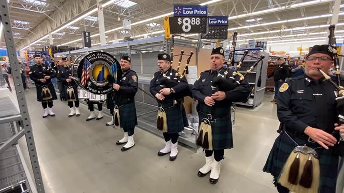 超爆笑!蘇格蘭男「率樂隊在空貨架吹笛」為了「哀悼衛生紙之亂」…影片必看!