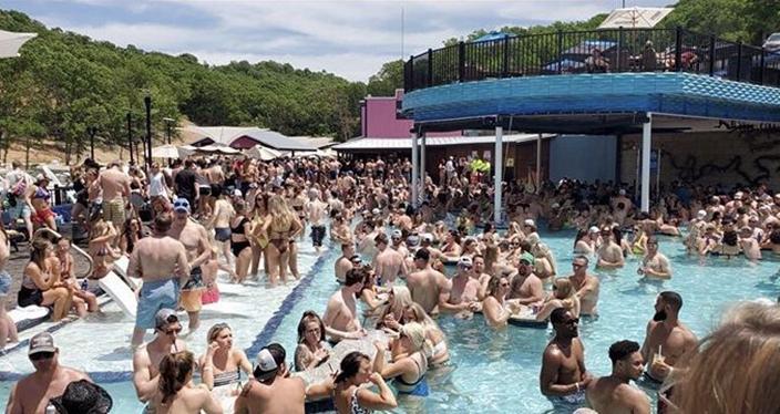 解封泳池趴「塞滿400人」然後1人回家後確診...