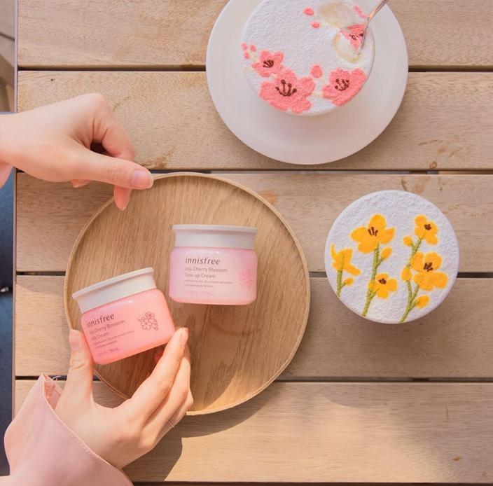 淡粉色的膏體,淡淡的櫻花味。