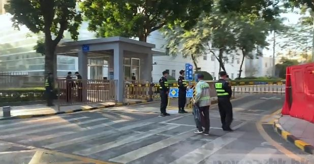 鹽田法院早上守衛森嚴,法院入口有警員駐守,不准車輛停留。(連漪婷攝)
