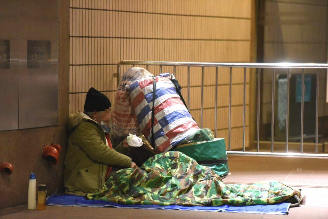 社工寒夜向露宿者派衣物物资 至少14人因低温送院