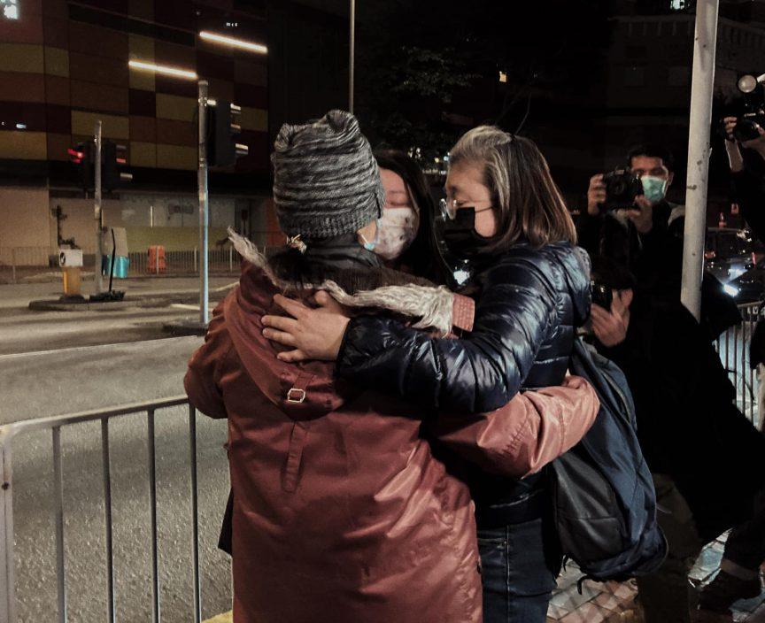 【涉助12港人偷渡】何潔泓母及霍朗齊晚上獲保釋