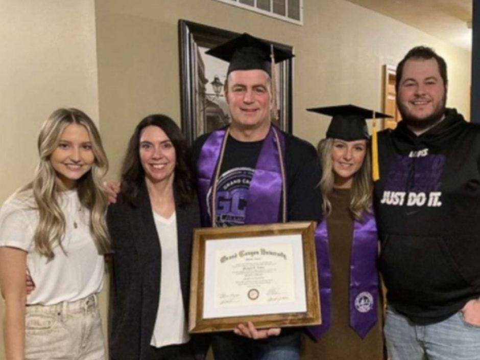 美47岁父秘密读大学毕业 细女大学毕业在家穿毕业袍送家人惊喜