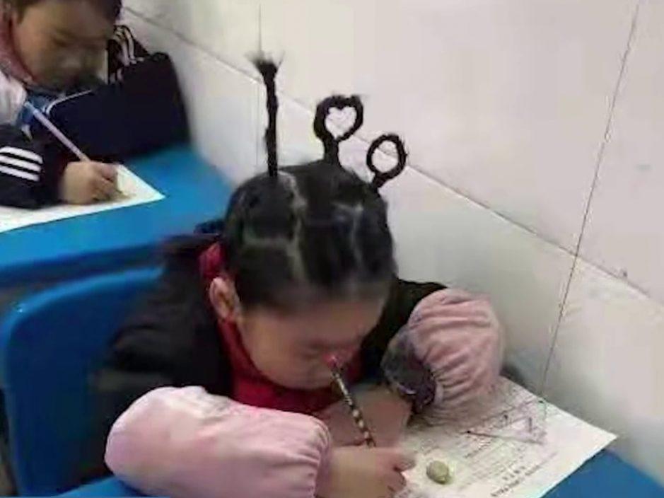 湖南小学生扎100分辫子参加期末考 网民:这造型可以压惊