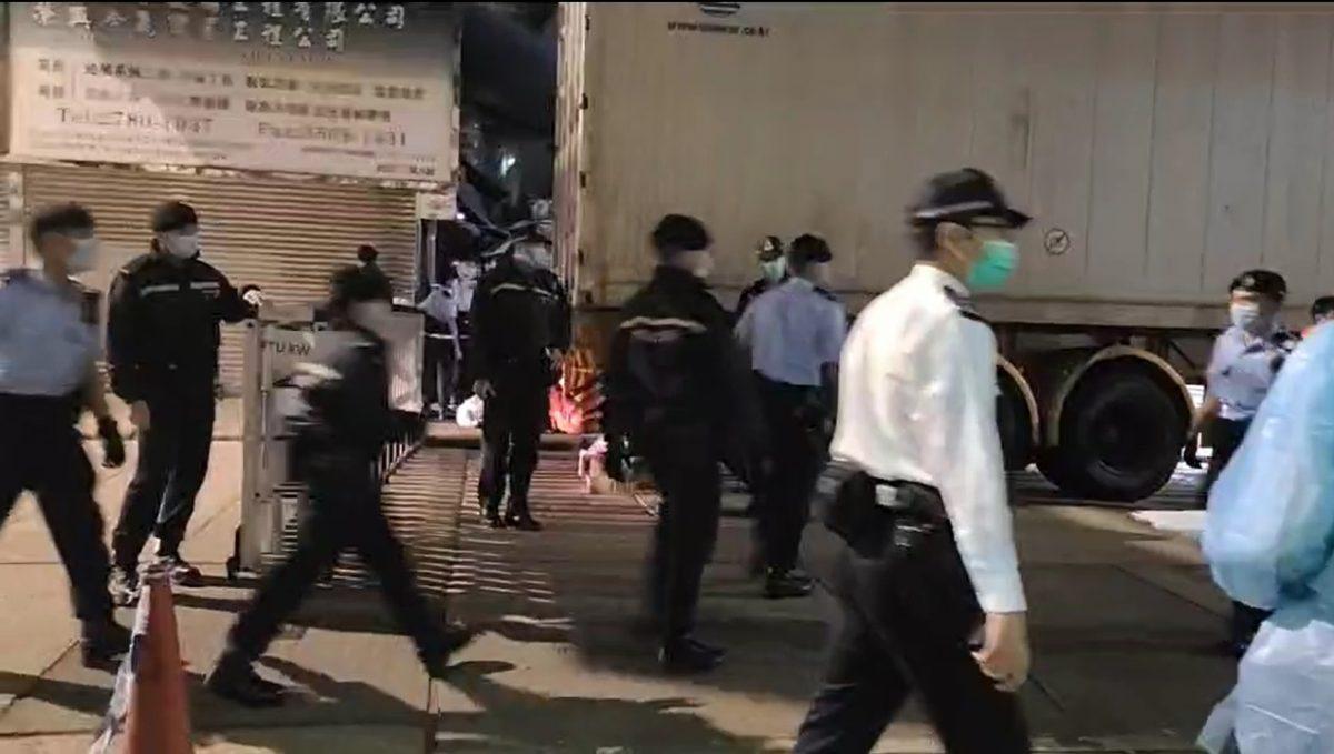 大批警员晚上到碧街和东安街拉起封锁线 有居民放工无法回家