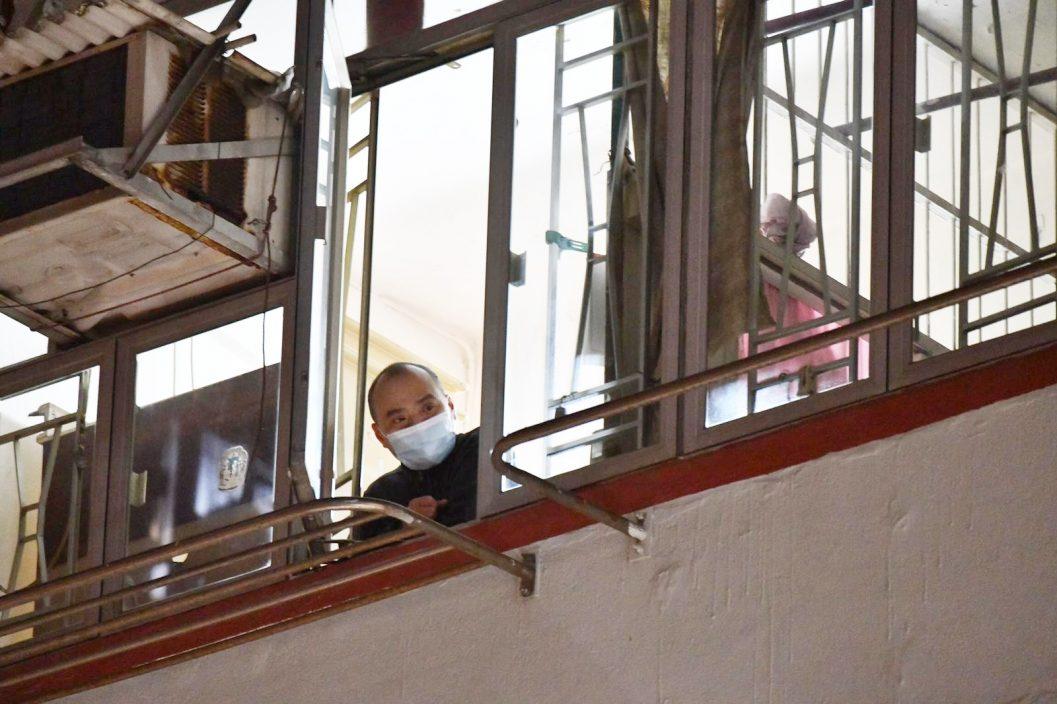 油麻地封区居民登记后获准上楼 有人自购粮食