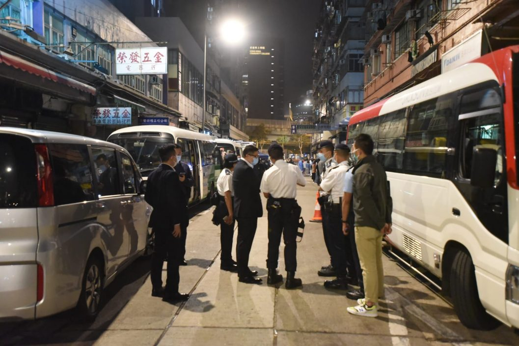 邓炳强到油麻地视察 封区居民开始检测获派食品
